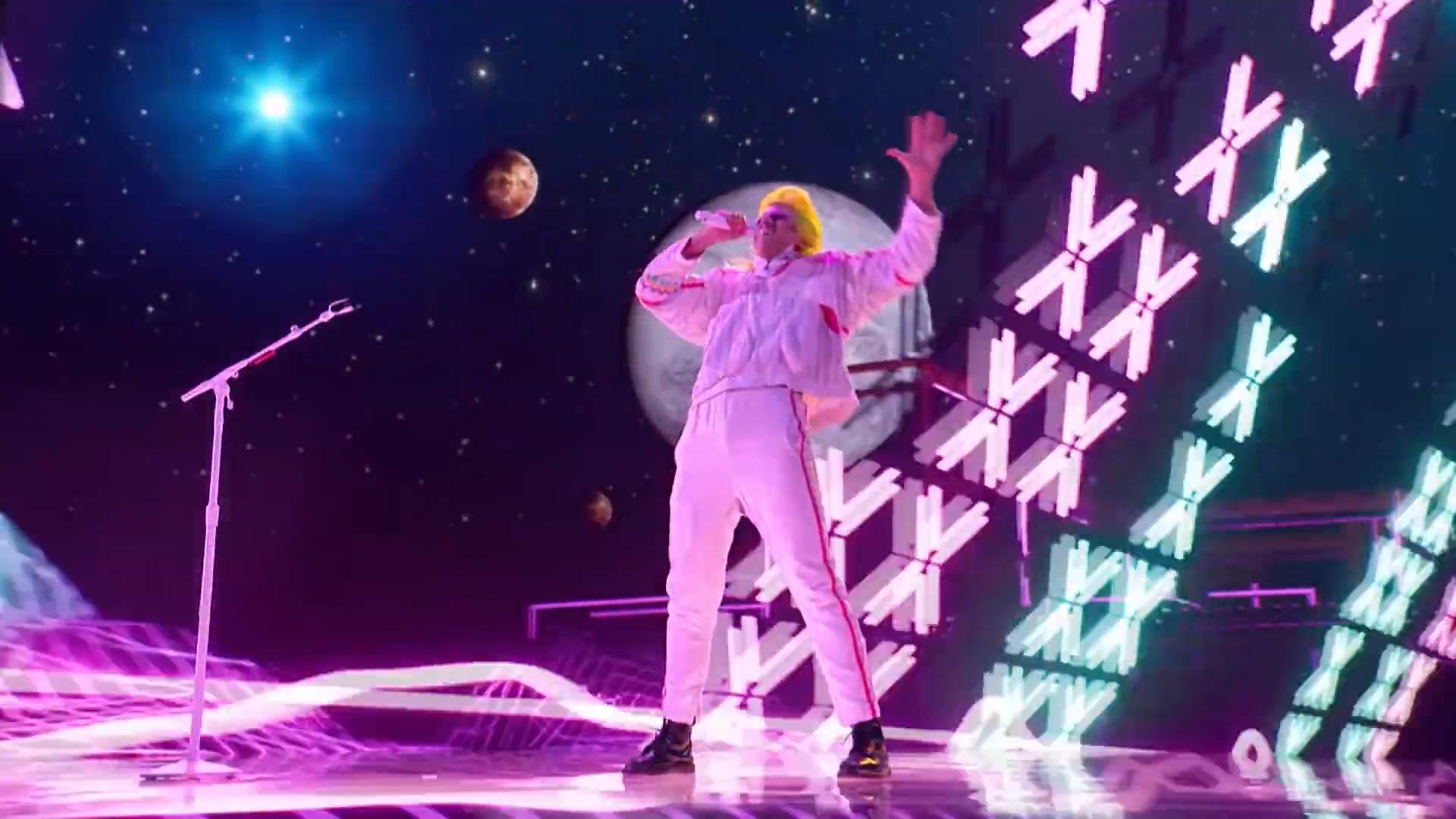 BONAVEGA Delivers Glam Rock Rendition of Blinding Lights by The Weeknd – America's Got Talent 2020.00_00_43_04.Still003